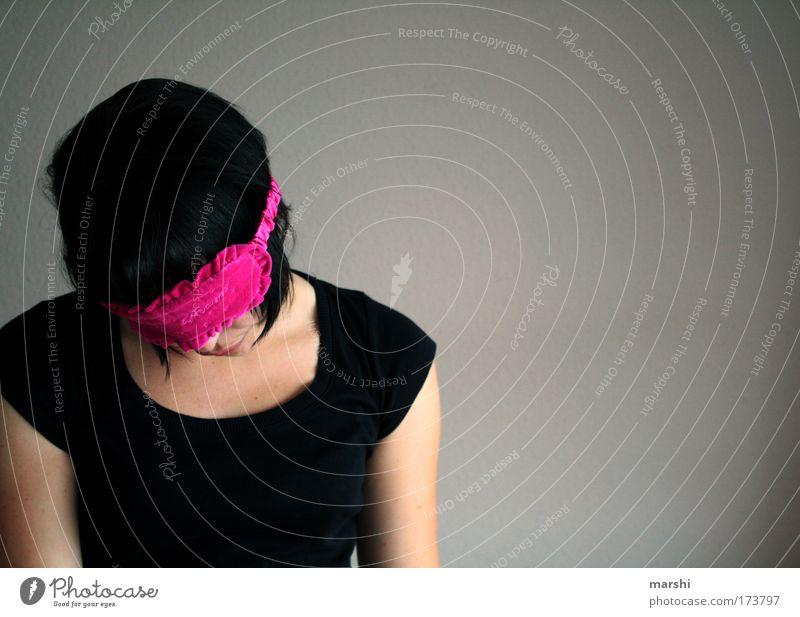 Im Traumland Frau Mensch Jugendliche schön schwarz dunkel feminin Gefühle träumen Kopf Traurigkeit Stimmung Erwachsene rosa schlafen Wellness