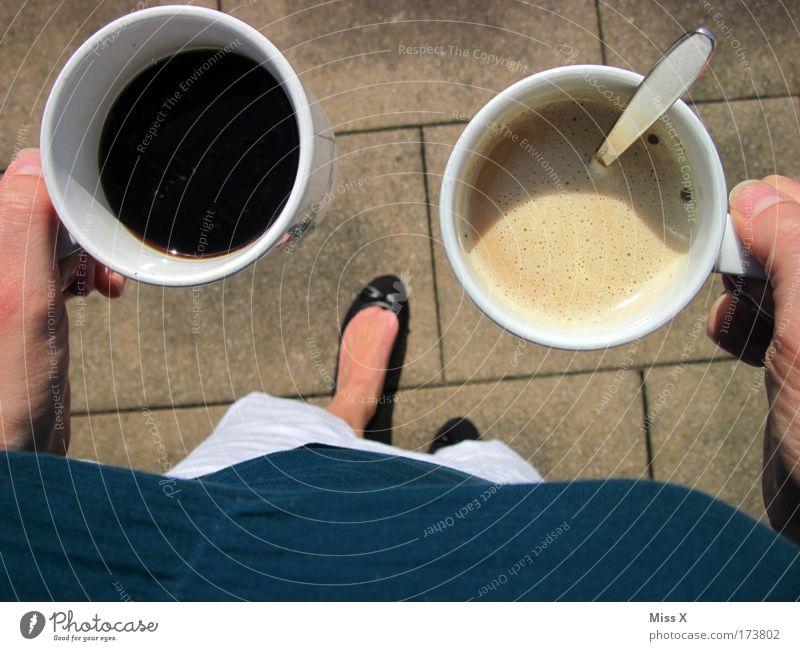 Einmal schwarz und einmal mit Milch Mensch Frau Erholung Hand Erwachsene Fuß Häusliches Leben Getränk Pause Kaffee trinken Balkon Café Dienstleistungsgewerbe