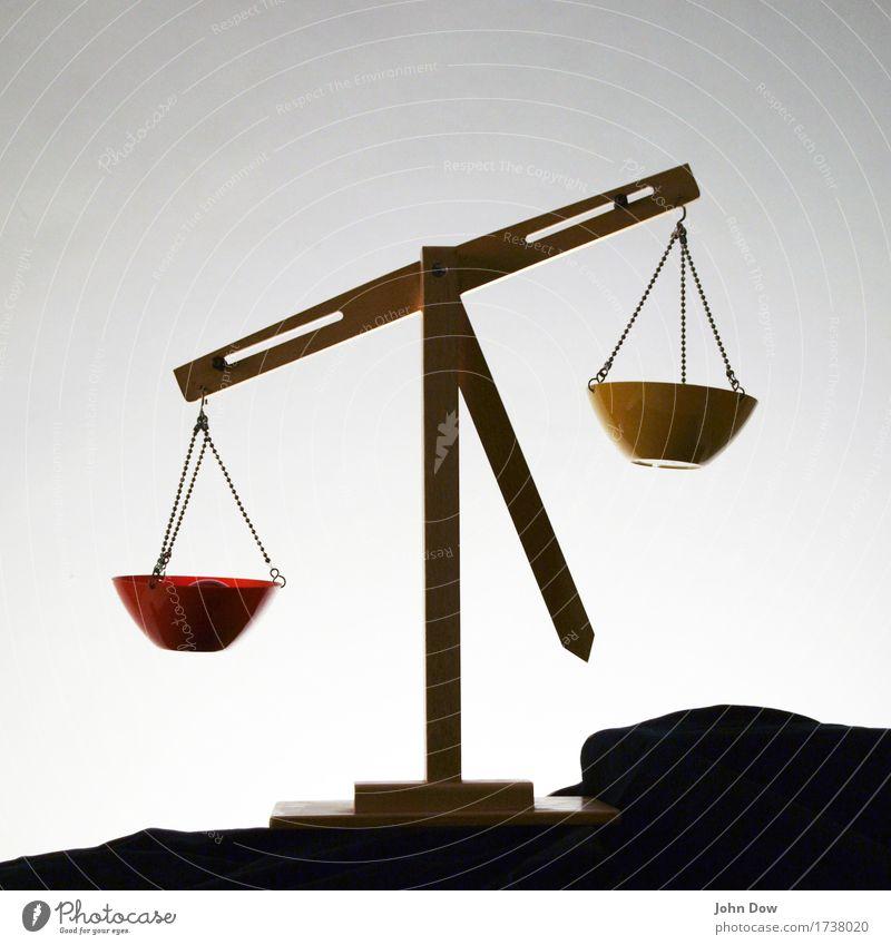 Justitia Zeichen Neugier demütig Waage Waagschale Gerechtigkeit wiegen Gewicht rot gelb urteilen Beschluss u. Urteil Objektivität Wahrheit Schicksal