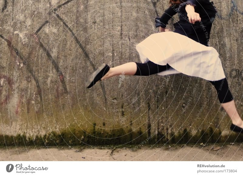 Man muss sein Ego überspringen Farbfoto Außenaufnahme Gesundheit Junge Frau Jugendliche 1 Mensch 18-30 Jahre Erwachsene Mauer Wand Rock Bewegung fliegen laufen
