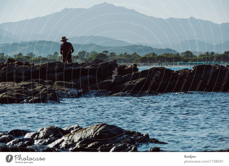 Einsamer Angler Natur Wasser Himmel Horizont Sommer Hügel Berge u. Gebirge Küste Sardinien Italien Erholung blau braun grau grün geduldig ruhig Gelassenheit