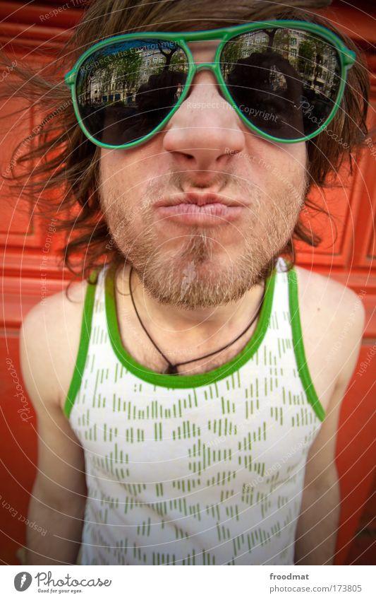 B Farbfoto mehrfarbig Außenaufnahme Weitwinkel Porträt Oberkörper Blick Blick in die Kamera Lifestyle Freude Mensch maskulin Junger Mann Jugendliche Erwachsene
