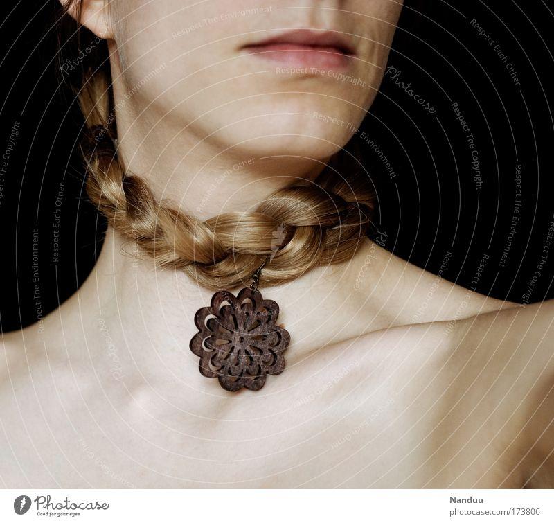 Aschblond ist das neue Gold Farbfoto Gedeckte Farben Innenaufnahme Design schön Mensch feminin Haut Mund trendy Halskette Zopf Schmuckanhänger Schlüsselbein