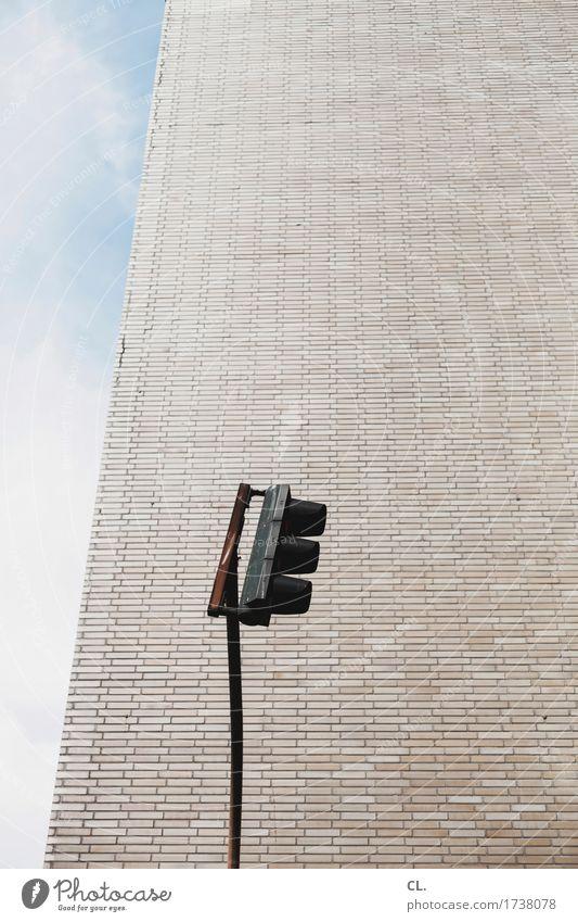 ampel Himmel Wolken Schönes Wetter Stadt Haus Hochhaus Gebäude Architektur Mauer Wand Verkehr Verkehrswege Straßenverkehr Autofahren Ampel Farbfoto