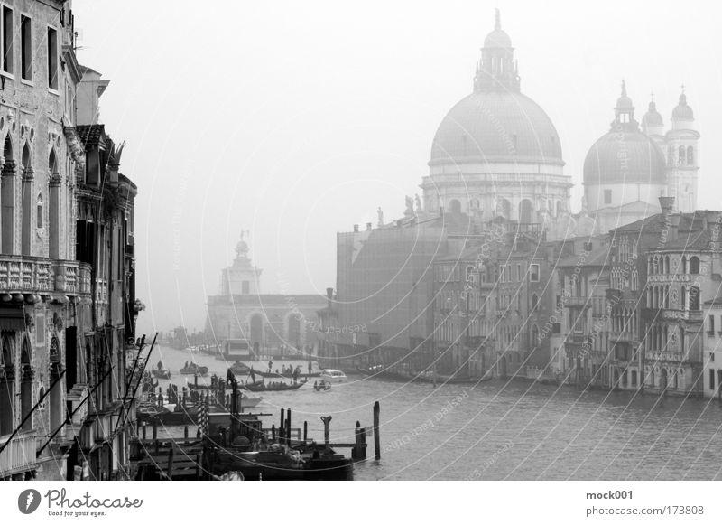 Venedig im Februar Meer Stadt Winter Ferien & Urlaub & Reisen Haus Erholung Gebäude Eis Architektur Nebel Fassade Schwarzweißfoto Lifestyle Europa Brücke