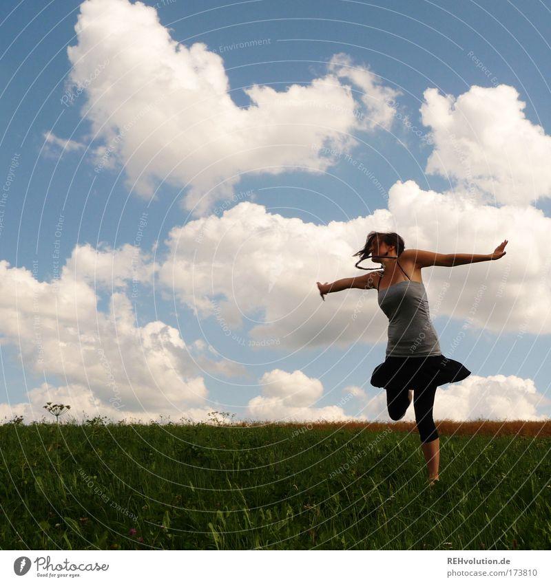 elementare Freude des Leben Mensch Natur Jugendliche Himmel Wolken Wiese feminin Frau Bewegung Glück Tanzen Kraft Gesundheit Erwachsene Erfolg