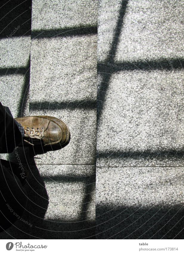 hinter Gittern Farbfoto Gedeckte Farben Innenaufnahme Vogelperspektive Mann Erwachsene 1 Mensch Treppe Fußgänger Leder Schuhe Stein Beton Linie Bewegung laufen