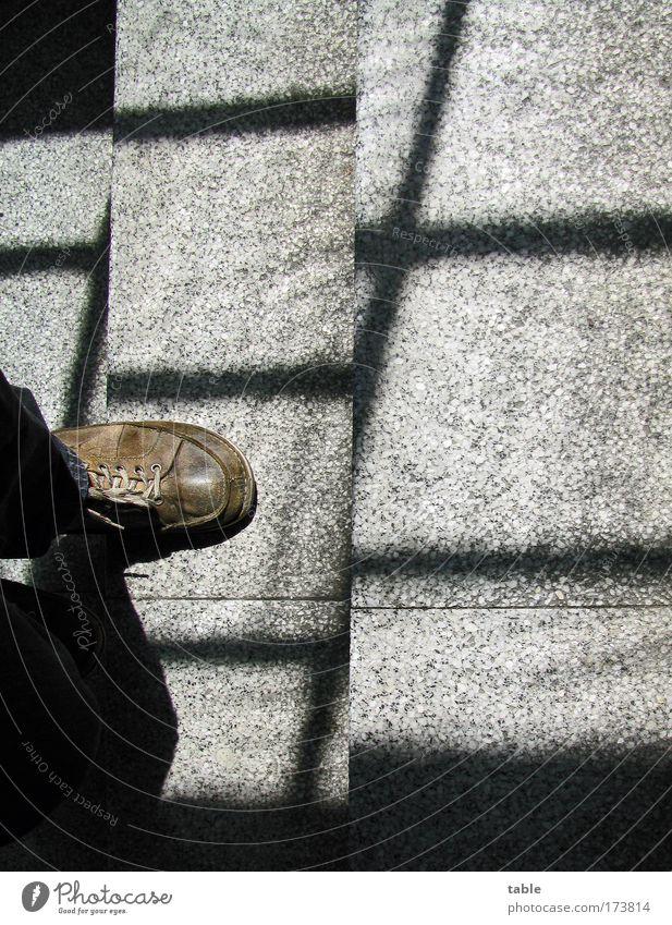 hinter Gittern Mensch Mann Einsamkeit schwarz Erwachsene dunkel Gefühle Wege & Pfade grau Bewegung Stein Linie braun Schuhe Angst laufen