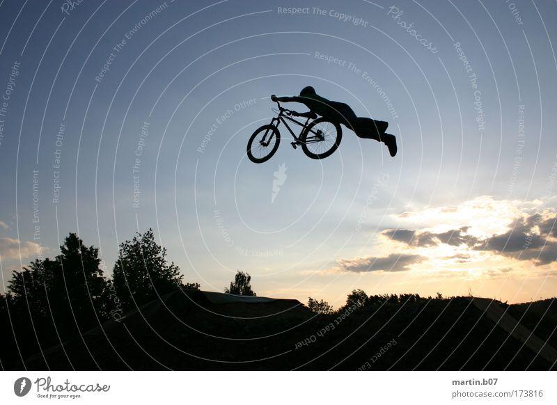 Superman blau schwarz Sport fliegen Coolness Fahrradfahren Freestyle Funsport Dirtjump