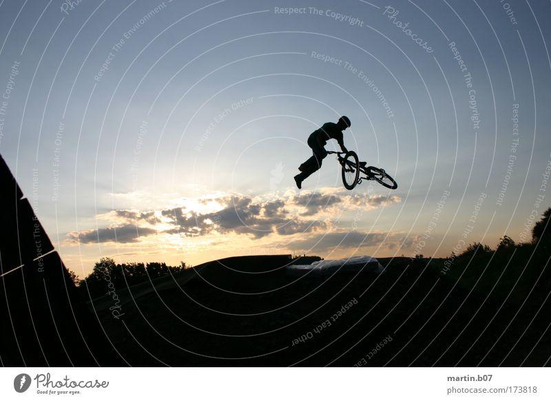 360° Tailwhip Wolken fliegen Coolness außergewöhnlich Fahrradfahren Freestyle Funsport Extremsport Dirtjump