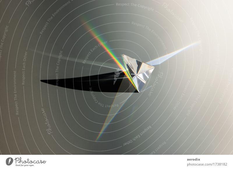 Glasprisma von der Sonne beschienen mit Regenbogen und Schatten Prisma dreckig hell mehrfarbig schwarz Wissen Wissenschaften Lichtbrechung Physik Optik
