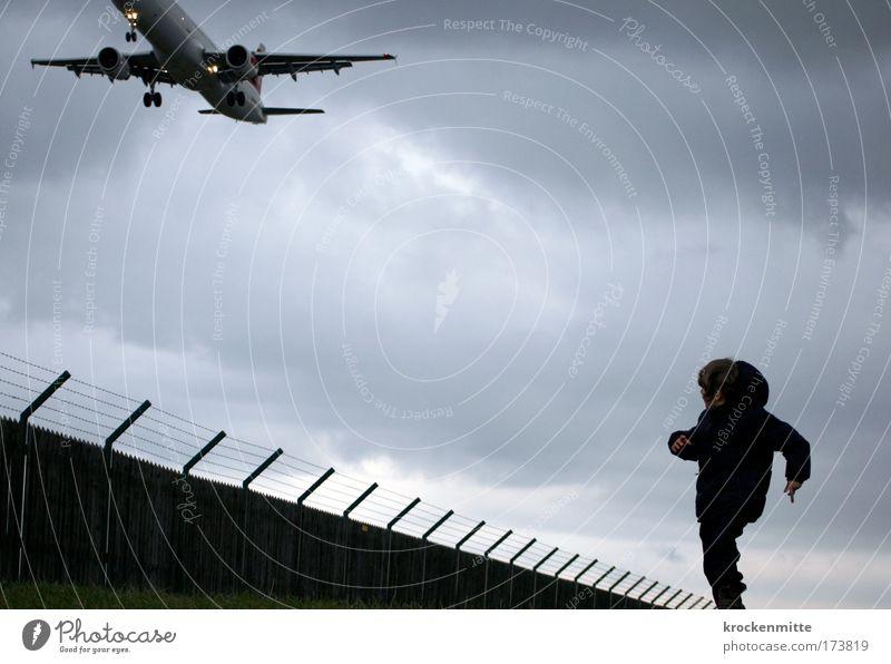 Hase und Igel: Zieleinlauf Mensch Kind Ferien & Urlaub & Reisen Wolken Junge Kindheit laufen fliegen maskulin rennen Flugzeug Verkehr Luftverkehr Flugzeugstart Jacke Zaun