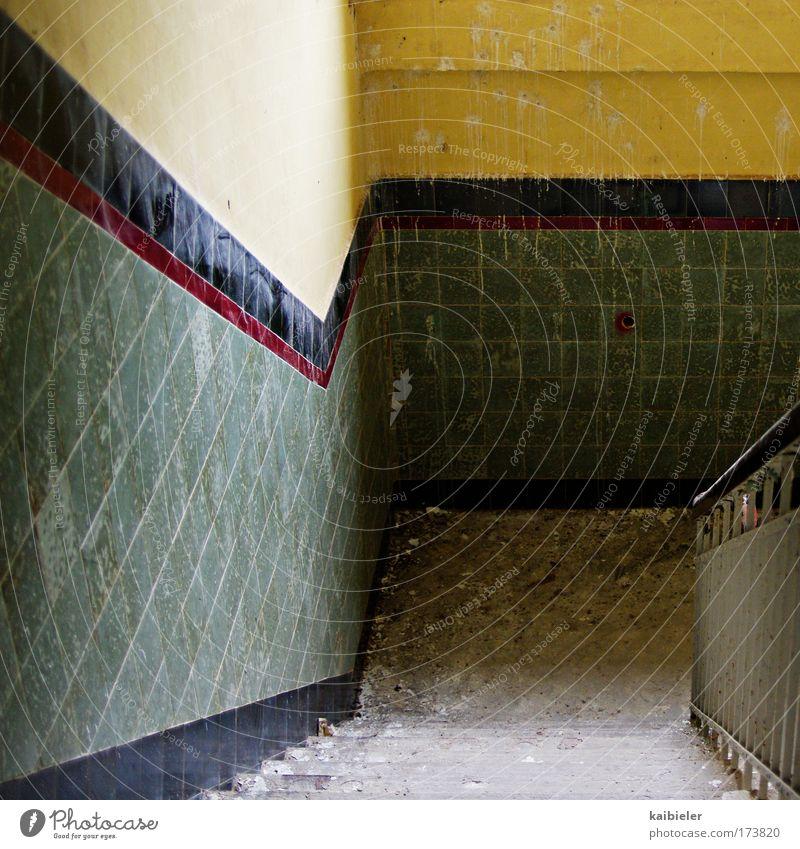 Mach 'n Abgang! alt grün gelb Wand Mauer Gebäude Architektur Treppe retro Vergänglichkeit Fliesen u. Kacheln Verfall Vergangenheit Ruine