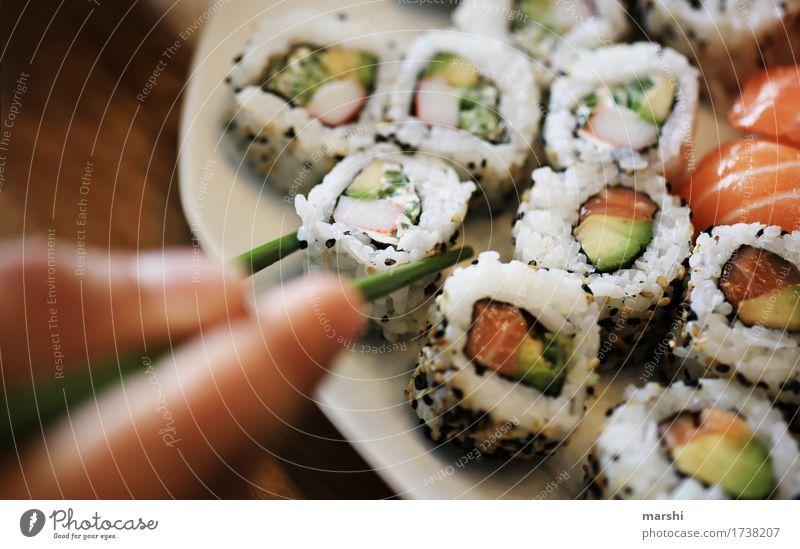Sushi essen Fisch Reis Asiatische Küche lecker Ernährung Gesunde Ernährung Speise Essen Foodfotografie Appetit & Hunger exotisch rezept Holztisch