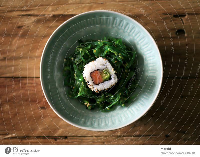 Sushi Fisch Reis Asiatische Küche lecker Ernährung Gesunde Ernährung Speise Essen Foodfotografie Appetit & Hunger exotisch Essen zubereiten rezept Holztisch