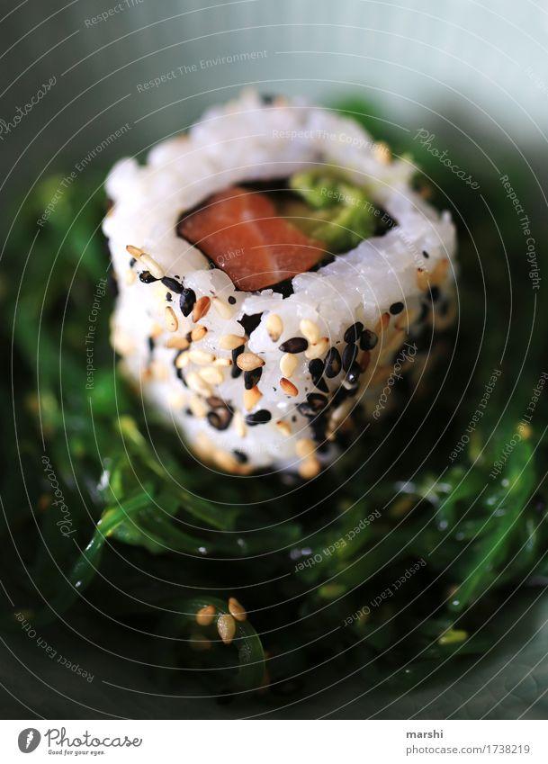 Sushi I Fisch Reis Asiatische Küche lecker Ernährung Gesunde Ernährung Speise Essen Foodfotografie Appetit & Hunger exotisch Essen zubereiten rezept Holztisch