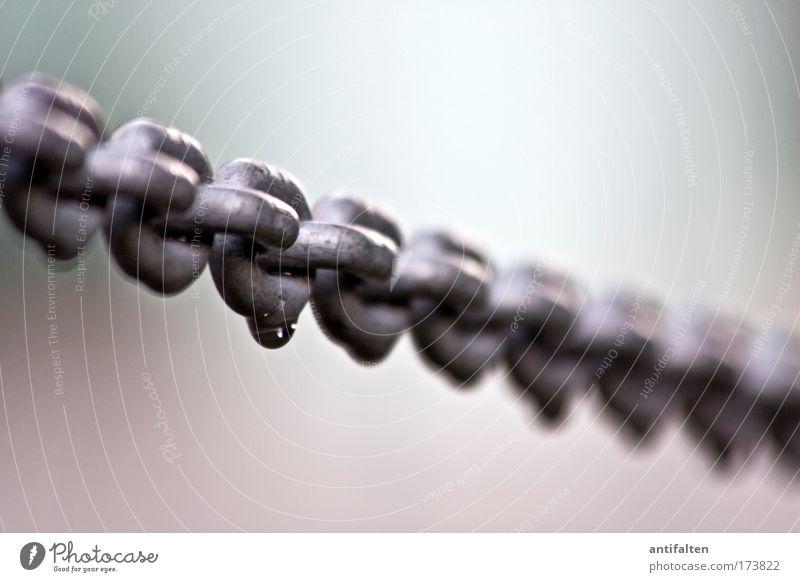 Typisch deutsch Metall Wassertropfen Perspektive Sicherheit Tropfen Stahl Barriere Kette Zusammenhalt Eisenkette Kettenglied