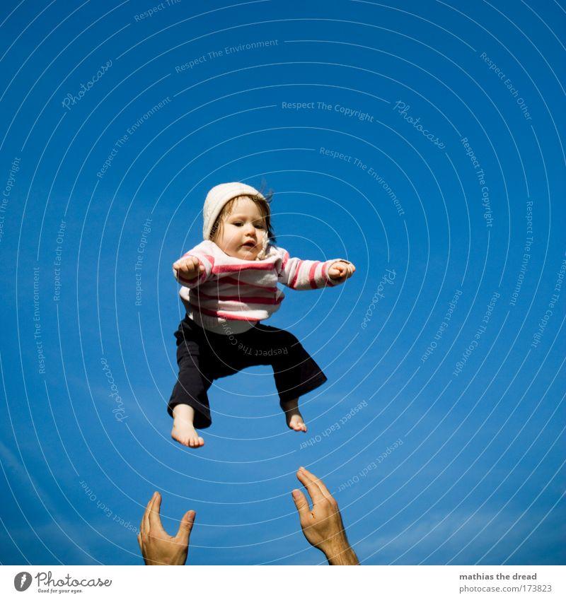 CATCH IT, BABY! Kind Mann Eltern Himmel Sommer Freude Leben Spielen Stil Garten Glück Ganzkörperaufnahme Familie & Verwandtschaft Baby Erwachsene Freizeit & Hobby