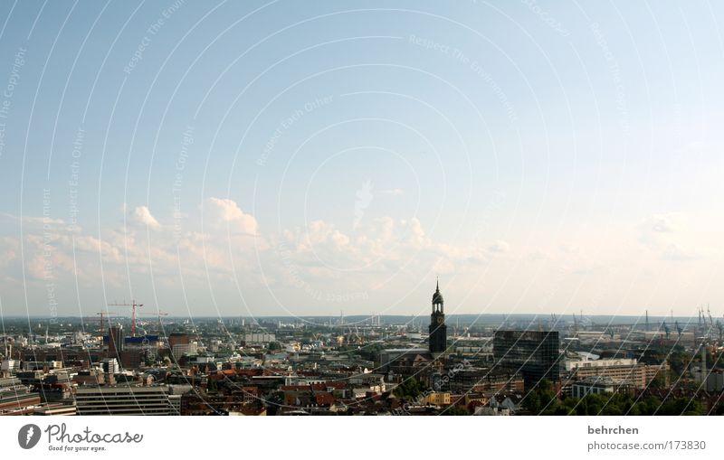 für hamburgliebhaber Farbfoto Außenaufnahme Textfreiraum oben Sonnenlicht Sightseeing Himmel Wolken Schönes Wetter Hamburg Hafenstadt Stadtzentrum Haus Hochhaus