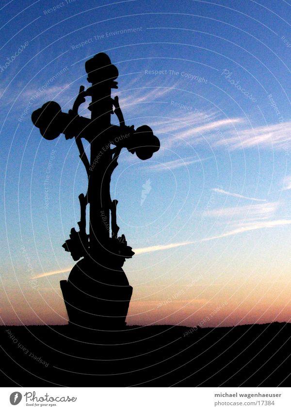 Kreuz vor Himmel alt Sonne Wolken dunkel Religion & Glaube Rücken Gotteshäuser