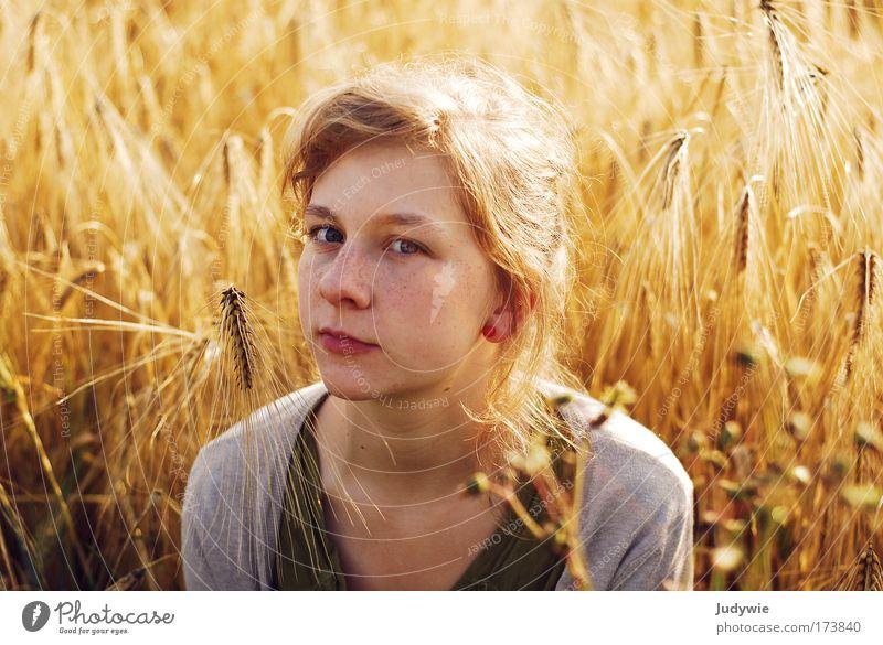 Im Kornfeld ... Frau Mensch Natur Jugendliche Sommer ruhig gelb feminin Gefühle träumen Traurigkeit Landschaft Stimmung Feld blond Erwachsene