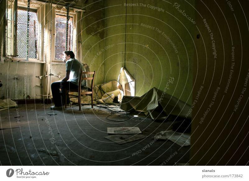 Where Is My Mind? Mensch Mann Jugendliche Einsamkeit Erwachsene Traurigkeit Denken träumen Innenarchitektur Raum Wohnung sitzen dreckig warten maskulin 18-30 Jahre