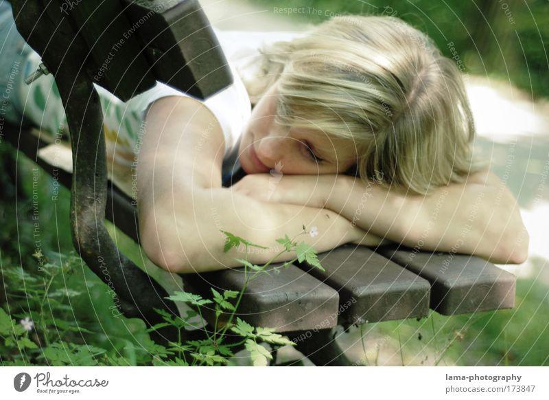 dreaming Mensch Jugendliche Pflanze Blume ruhig Erwachsene Erholung feminin Kopf Haare & Frisuren Gras träumen Park Zufriedenheit blond liegen