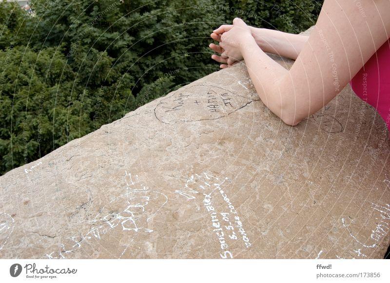 Place to be Mensch Frau Natur Ferien & Urlaub & Reisen Baum ruhig Erwachsene Erholung feminin Wand Mauer träumen Park Zufriedenheit Arme warten