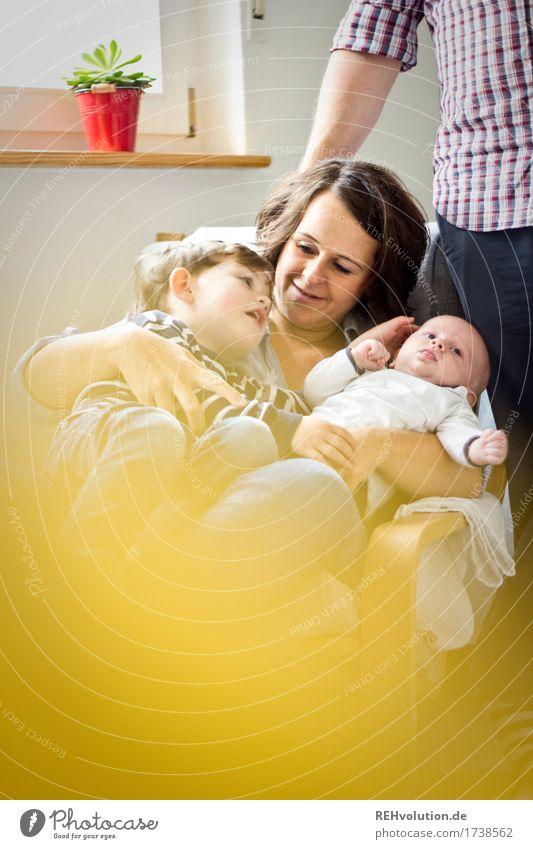 Rasselband Mensch Frau Kind Freude Erwachsene gelb feminin Junge Familie & Verwandtschaft Glück Zusammensein maskulin Zufriedenheit authentisch Kindheit