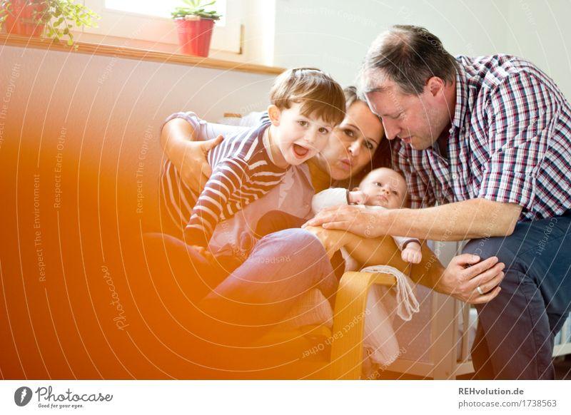 Familienbande Mensch Freude Erwachsene lustig Lifestyle feminin Familie & Verwandtschaft Glück außergewöhnlich Paar Zusammensein maskulin Zufriedenheit sitzen Kindheit Fröhlichkeit