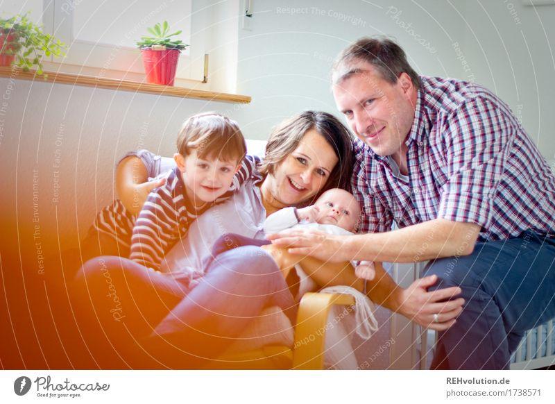 Familienbande Lifestyle Häusliches Leben Wohnung Wohnzimmer Mensch Kind Baby Eltern Erwachsene Familie & Verwandtschaft Kindheit 4 Lächeln sitzen authentisch