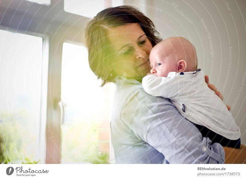 Mutterglück Häusliches Leben Wohnung Wohnzimmer Mensch feminin Frau Erwachsene Familie & Verwandtschaft Kindheit Gesicht 1 0-12 Monate Baby festhalten