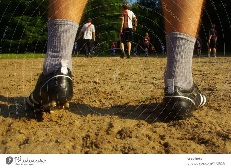 Die Angst des Torwarts beim Elfmeter Mensch Mann Jugendliche Sommer Erwachsene Sport Spielen Junge 18-30 Jahre Sand Menschengruppe Beine Fuß gehen maskulin