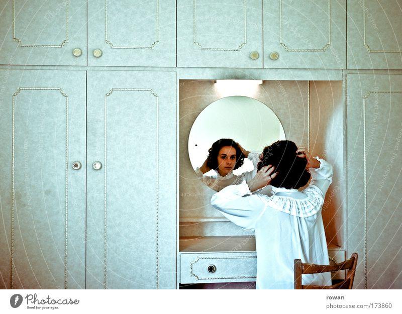 final touch Frau Mensch Jugendliche alt schön feminin Stil Haare & Frisuren Erwachsene Wohnung elegant sitzen Tisch Lifestyle Schrank Häusliches Leben