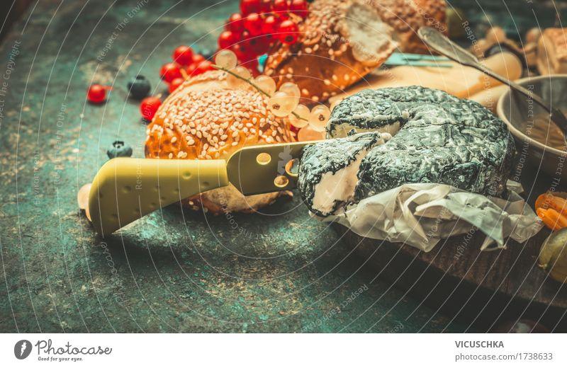 Weichkäse mit Messer und Beeren dunkel Speise Foodfotografie Leben Stil Lebensmittel Design Ernährung Tisch Getränk Frühstück Restaurant Dessert Käse