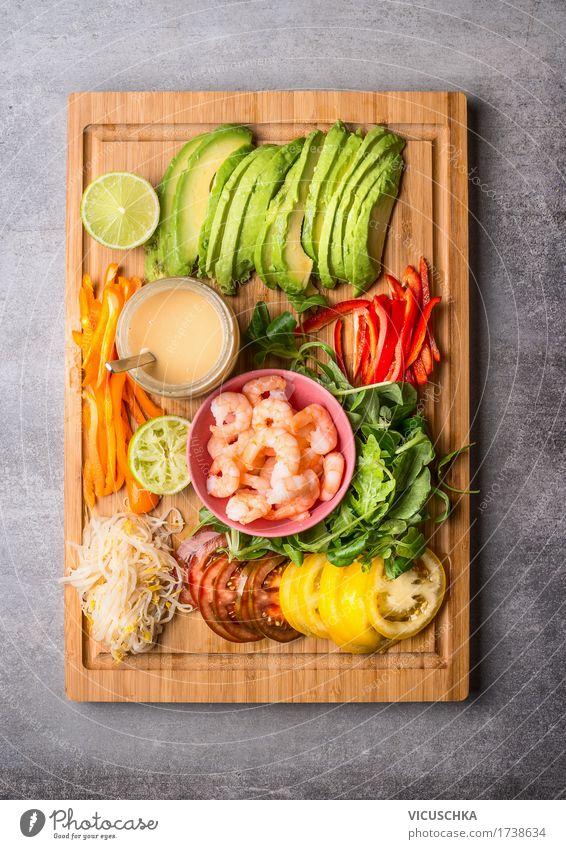 Salat Zutaten mit Scampi und Erdnussdressing Gesunde Ernährung Foodfotografie Leben Stil Lebensmittel Design Tisch Gemüse Bioprodukte Restaurant Geschirr