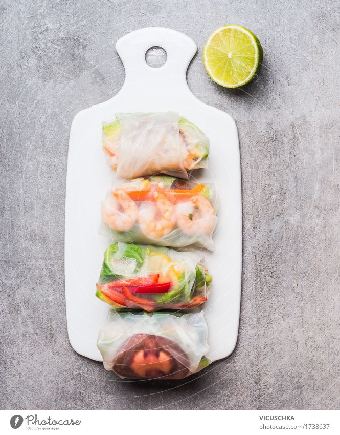 Reispapierröllchen auf weißem Schneidebrett Lebensmittel Meeresfrüchte Gemüse Ernährung Mittagessen Abendessen Büffet Brunch Bioprodukte Vegetarische Ernährung