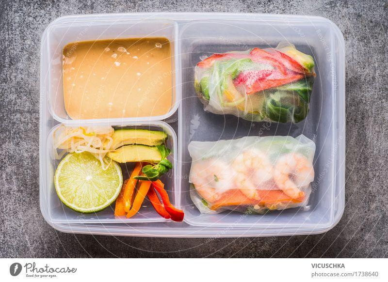 Gesundes Mittagessen Box mit Reispapierröllchen Lebensmittel Gemüse Salat Salatbeilage Ernährung Bioprodukte Vegetarische Ernährung Diät Asiatische Küche