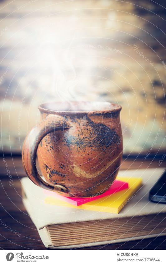 Tasse mit heißem Getränk auf altem Buch ruhig Innenarchitektur Lifestyle Stil Design Wohnung Häusliches Leben Freizeit & Hobby retro Tisch Papier Kaffee Bildung