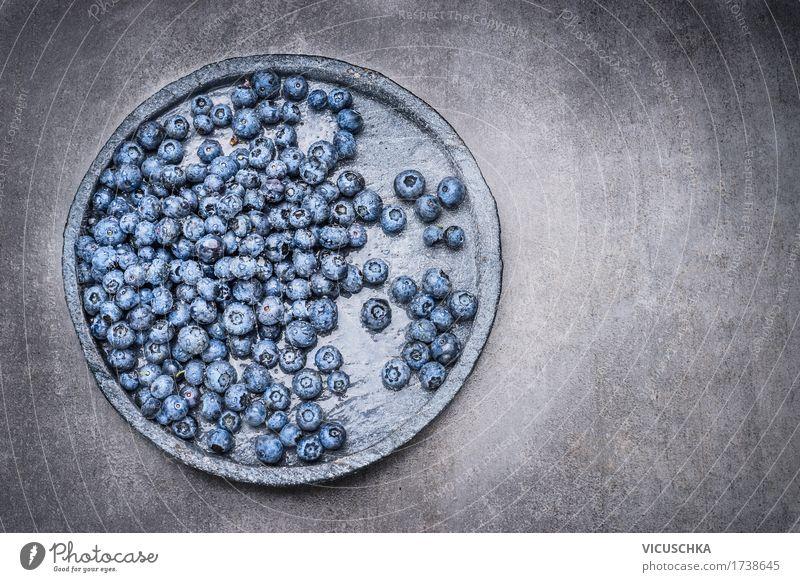 Heidelbeeren mit Wassertropfen auf Steinplatte Natur blau Sommer Gesunde Ernährung Leben Foodfotografie Essen Stil Lebensmittel Design Frucht Tisch Bioprodukte
