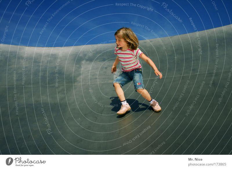 hin und her Außenaufnahme Mädchen rennen Spielen Freude Glück Fröhlichkeit Zufriedenheit Lebensfreude step by step Bewegung aktiv Dynamik Leichtigkeit rumalbern