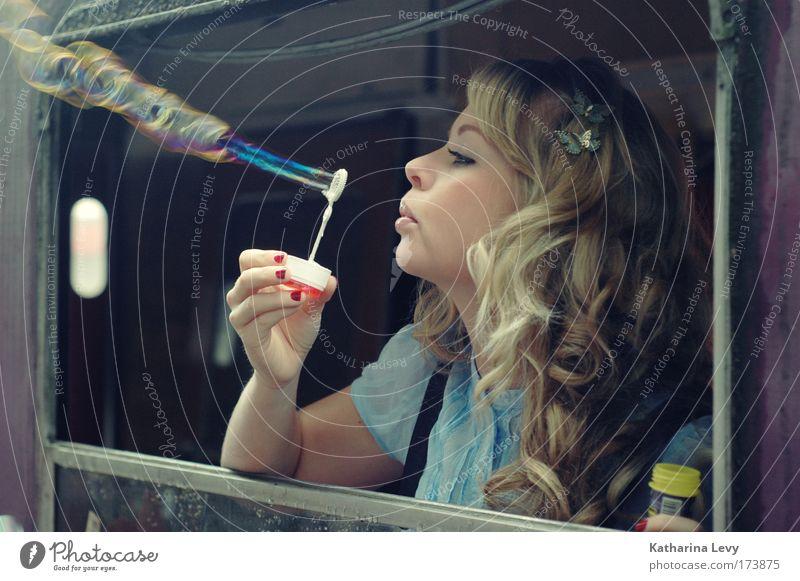 Flammenwerferin Frau Mensch Jugendliche Sommer Freude Gesicht feminin Spielen Stil Glück Haare & Frisuren träumen Kopf Mund blond Erwachsene