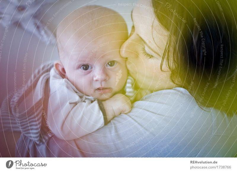 mutterglück Gesundheit Zufriedenheit ruhig Mensch feminin Baby Frau Erwachsene Mutter Gesicht 2 0-12 Monate 30-45 Jahre beobachten Küssen Umarmen authentisch