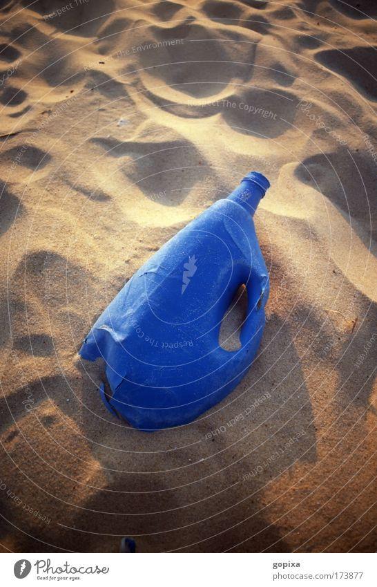 Blaue Plastikflasche am Strand Farbfoto Außenaufnahme Menschenleer Textfreiraum oben Hintergrund neutral Abend Kontrast Sonnenlicht Sonnenaufgang