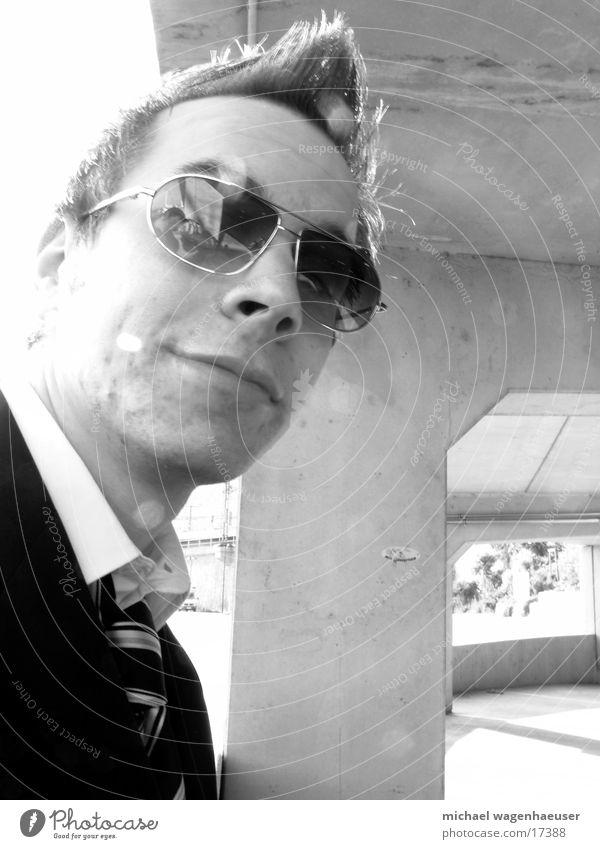 Pornobrille DK Anzug Beton Mauer Stil Mann Coolness Schwarzweißfoto Business Geschäftsmann