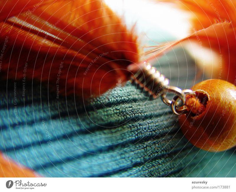 Federchen Farbfoto Nahaufnahme Detailaufnahme Makroaufnahme Strukturen & Formen Unschärfe Starke Tiefenschärfe Accessoire Schmuck Stoff Perle Holz Metall
