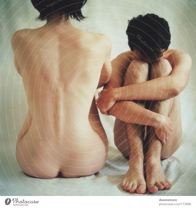 isolation. Mensch maskulin feminin Junge Frau Jugendliche Junger Mann Erwachsene Paar Partner Körper Haut 2 18-30 Jahre schwarzhaarig Behaarung Denken sitzen