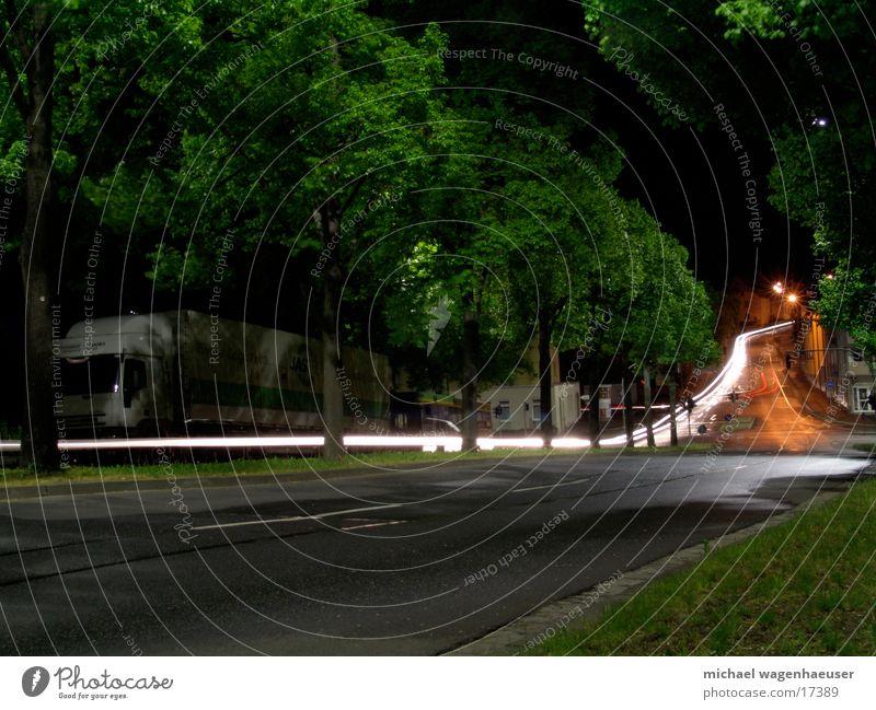 Langzeitbelichtung Straße Abend Nacht Baum Verkehr PKW Mischung Licht