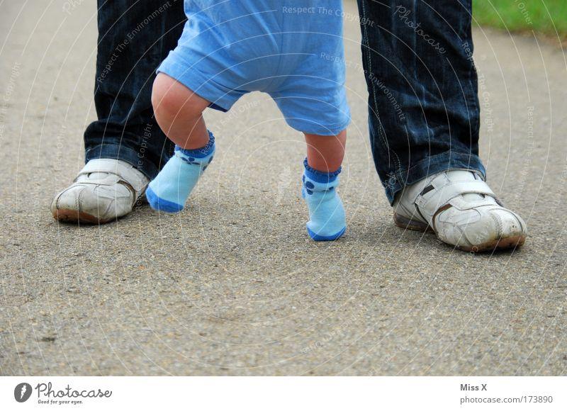 Kleine Schritte Mensch Kind Erwachsene Leben Junge Wege & Pfade Glück Beine Freude Fuß Familie & Verwandtschaft Kindheit Baby gehen lernen Hilfsbereitschaft