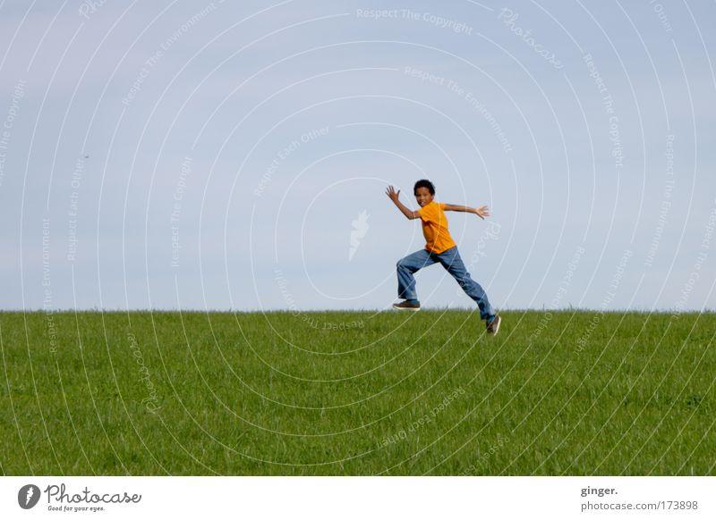 Abheben Mensch Kind Himmel Natur Jugendliche grün Sommer Umwelt Landschaft Wiese Junge springen Horizont orange Kindheit Freizeit & Hobby